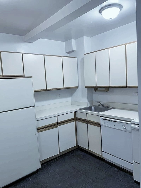 2 Bedrooms, Tudor City Rental in NYC for $3,075 - Photo 2