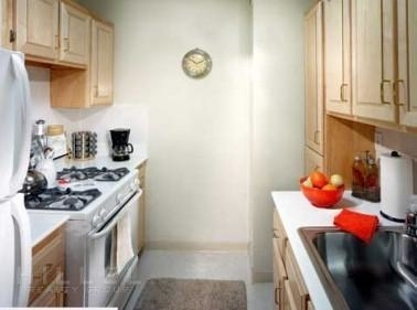 2 Bedrooms, Forest Hills Rental in NYC for $2,800 - Photo 2