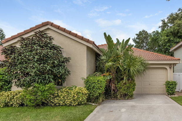 3 Bedrooms, Hillsboro Country Club Rental in Miami, FL for $2,175 - Photo 1