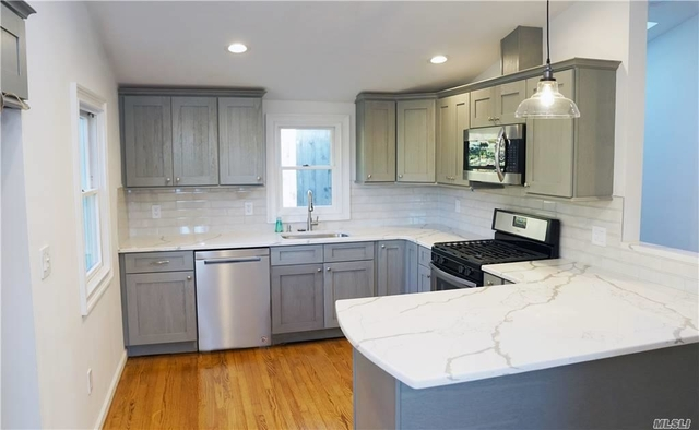3 Bedrooms, Manorhaven Rental in Long Island, NY for $3,500 - Photo 1