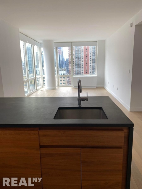 3 Bedrooms, Hell's Kitchen Rental in NYC for $7,600 - Photo 1