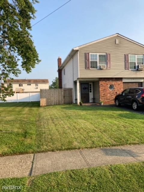 3 Bedrooms, East Massapequa Rental in Long Island, NY for $3,600 - Photo 1