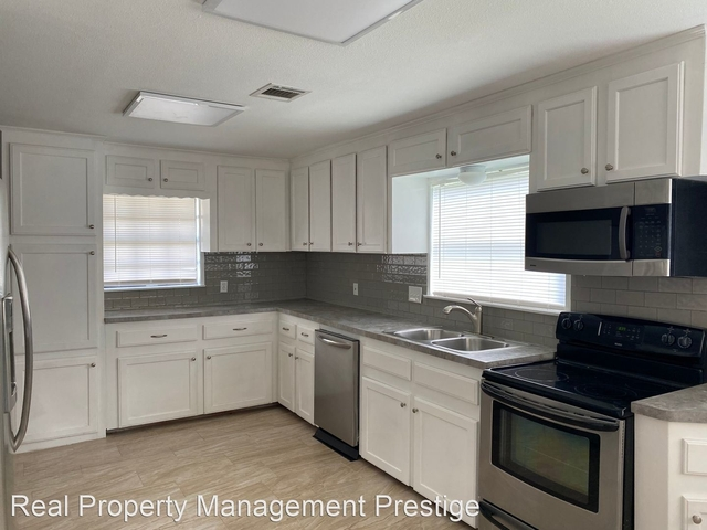 4 Bedrooms, Bacliff Heights Rental in Houston for $1,850 - Photo 1